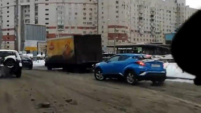 По «каше» в ДТП – в Петербурге столкнулись грузовик и легковушка