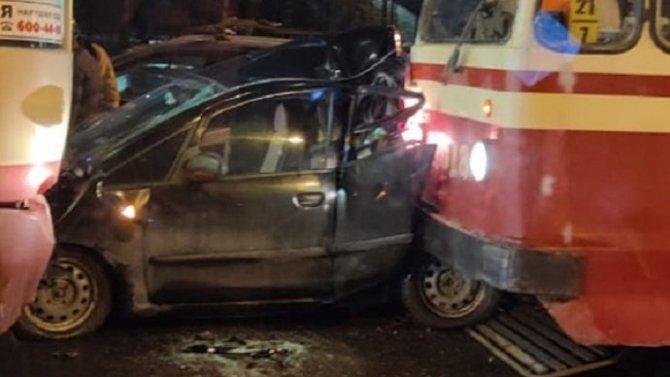 В Петербурге два трамвая раздавили легковушку