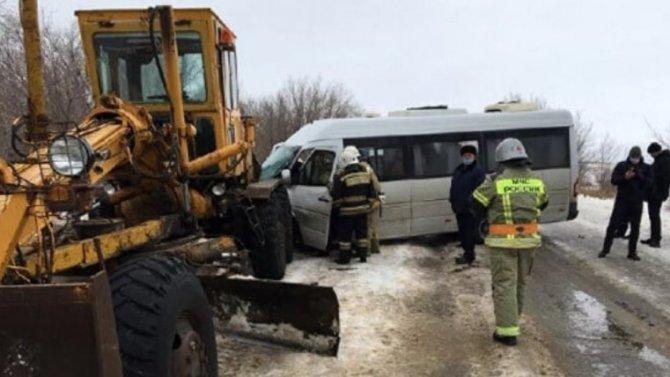 Микроавтобус ехал вСмоленскую область, априехал вмассивную задницу грейдера
