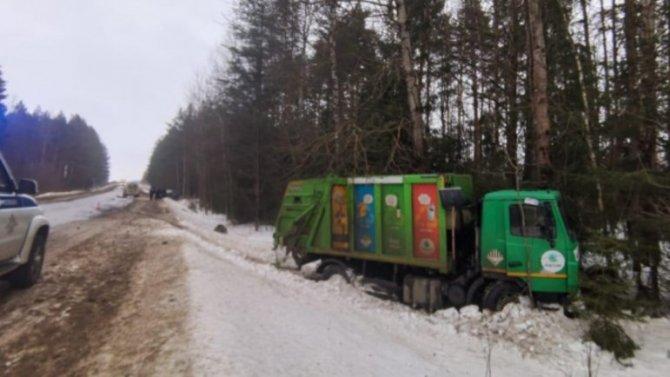Мусоровоз во Владимирской области превратил в мусор «Ладу–Ларгус»