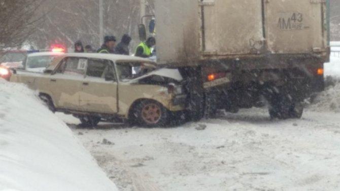 ВКирове грузовик раздавил «Жигули», всего ваварии пострадало 4 машины