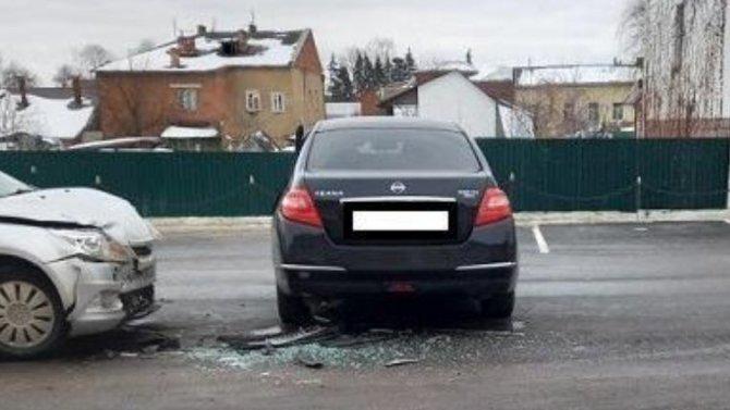 «Ниссан» в Калужской области не уступил дорогу и врезался в «Форд Фокус»