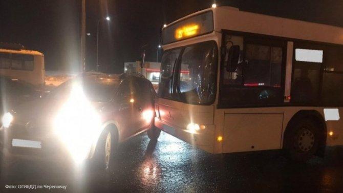 Водитель «Рено» спровоцировал аварию савтобусом, итутже был наказан ударом вбочину