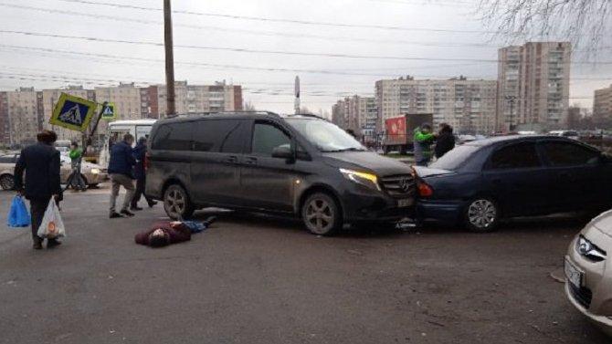 В Петербурге на Рихарда Зорге автомобиль вылетел на тротуар и сбил девушку