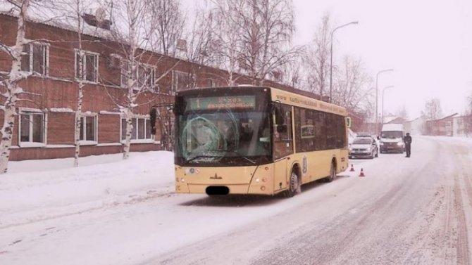 Автобус вХанты-Мансийске напешеходном переходе сбил 14-летнего мальчика