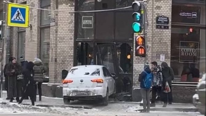 В Петербурге иномарка врезалась в кофейню