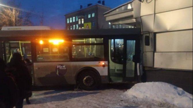 В подмосковной Электростали автобус врезался в здание кинотеатра