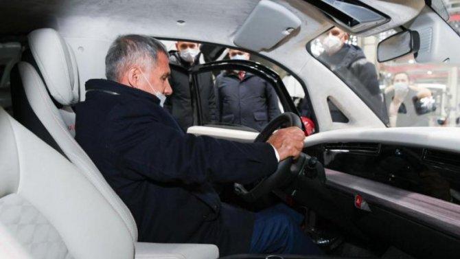 Президент Татарстана испытал электромобиль «Кама-1»