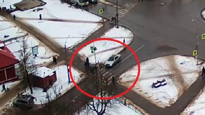 В Кингисеппе автомобиль сбил людей на переходе