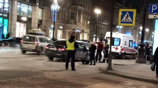 В Петербурге автомобиль такси сбил пешехода