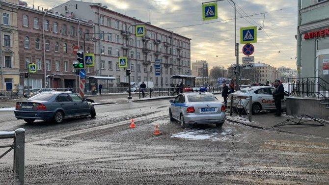 В Петербурге после ДТП машина сбила пешехода на тротуаре