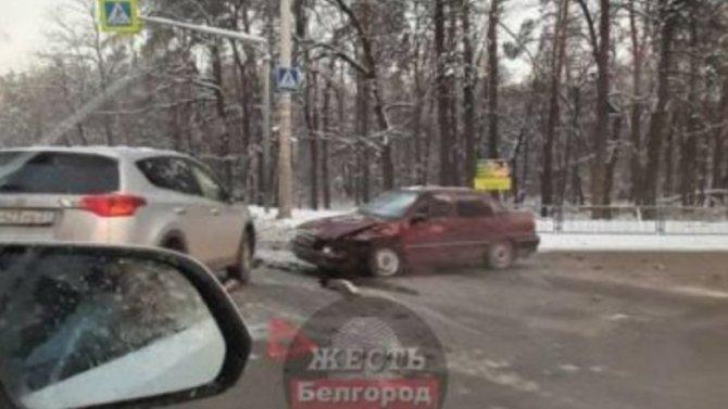 Столкновение двух иномарок спровоцировало недетский затор вБелгороде
