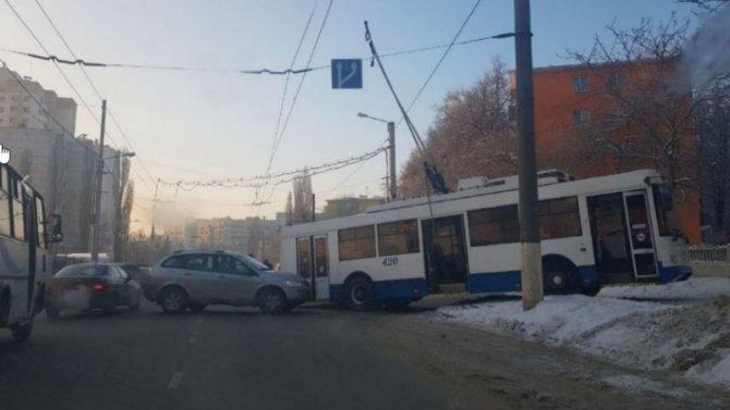 Белгородский троллейбус решил обосноваться натротуаре