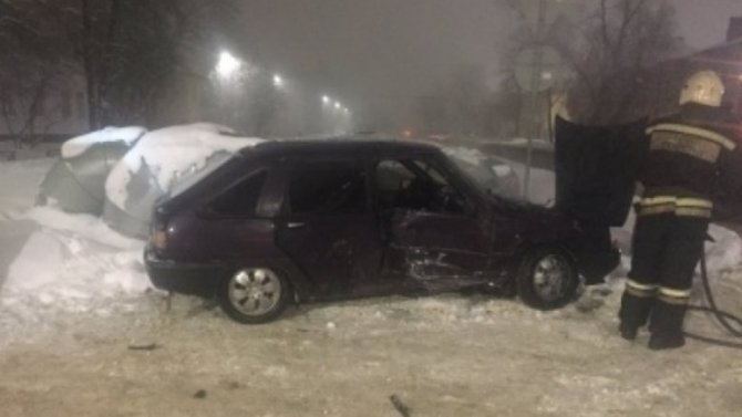В результате столкновения во Владимире, один из автомобилей загорелся