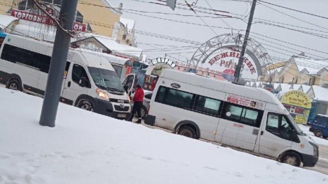 Возле Бежицкого рынка вБрянске две маршрутки неподелили дорогу