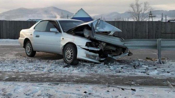 Вселе Петропавловка «Тойота» врезалась вметаллическое ограждение