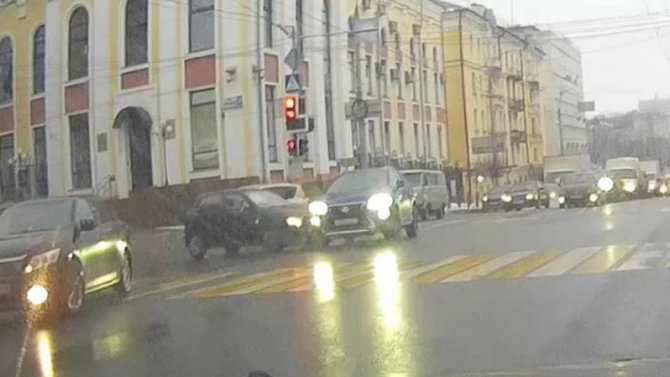 В центре Брянска столкнулись две легковушки, потому что красный свет не для всех