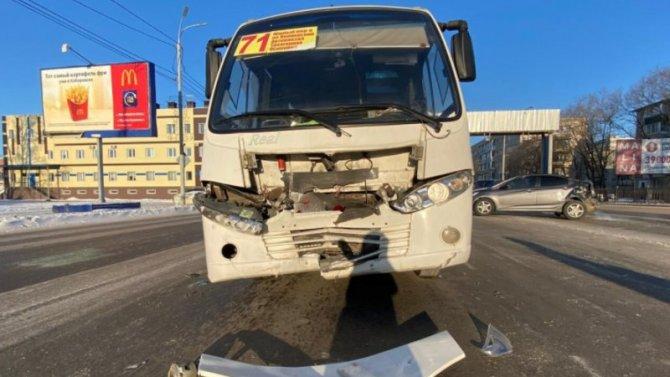 В Хабаровске пассажиры маршрутки пережили стресс вовремя ДТП наПионерской