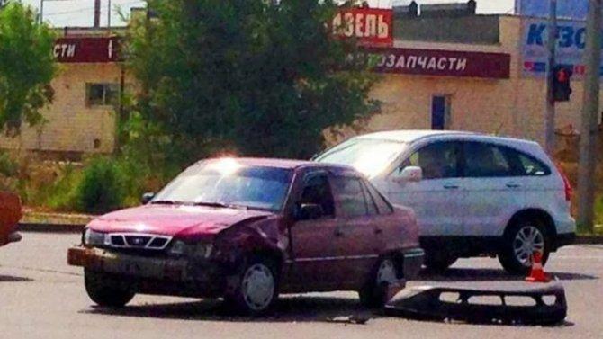 Нежелание уступить дорогу привело кстолкновению двух иномарок