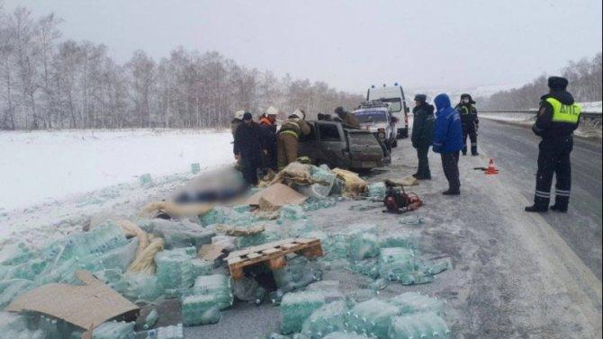 Два человека погибли в ДТП с грузовиком в Вольском районе