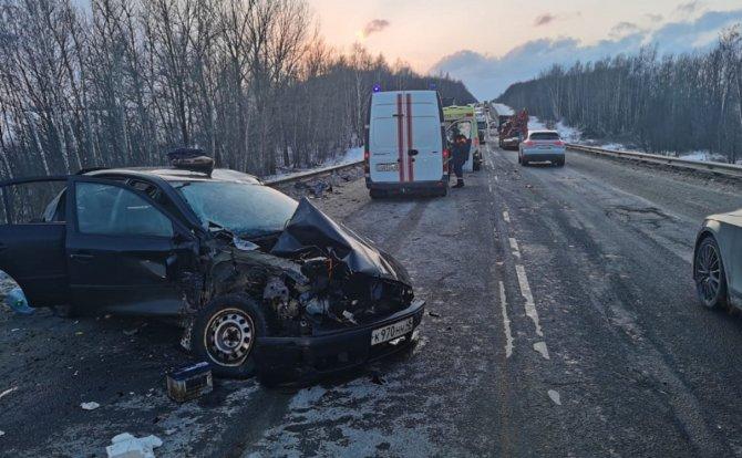 Погибла женщина в Липецкой области при столкновении фуры с двумя легковушками_2