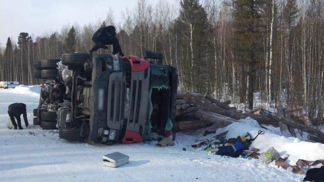 Мужчина погиб при опрокидывании лесовоза в Томской области (1)