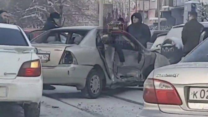 Наулице Ястынской вКрасноярске авария сучастием трех машин