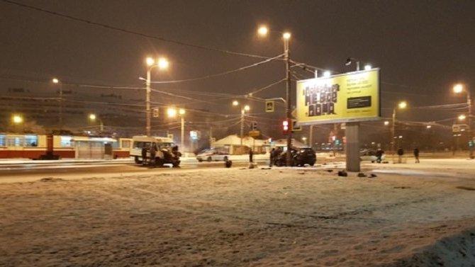Два человека пострадали в ДТП с маршруткой в Петербурге