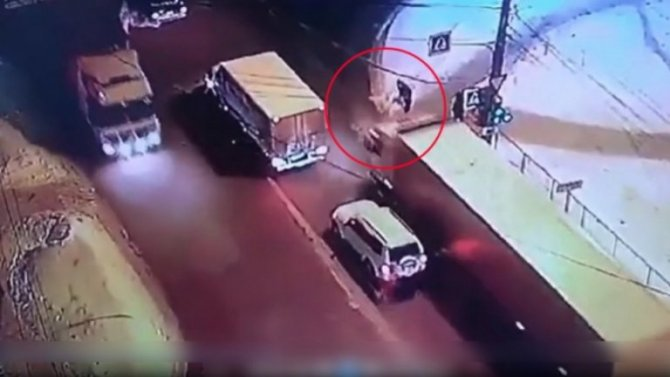На видео пешехода переехал грузовик – очевидцам стало нехорошо от этого зрелища