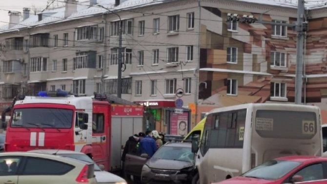 Челябинская маршрутка, полная пассажиров, угодила вДТП