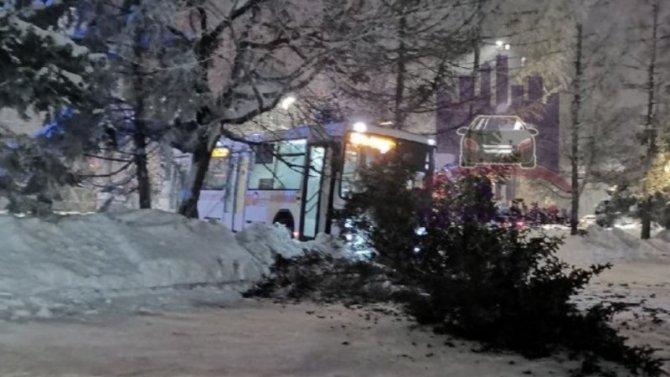 Бедный водитель автобуса так переработался, что потерял сознание зарулем