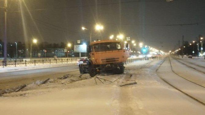 В Петербурге КамАЗ снес забор у станции «Ручьи»