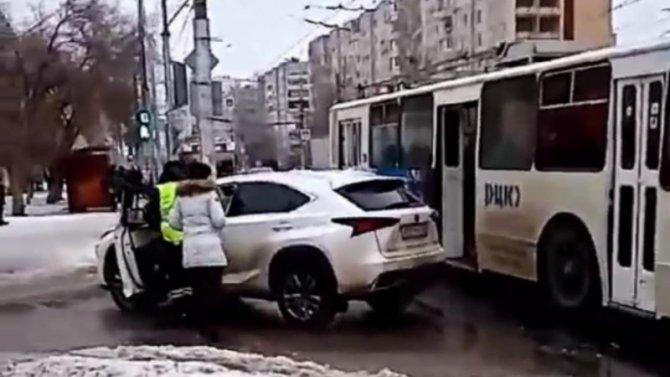 Хозяйка Lexus бредит, она убеждена, что еемашину троллейбус таранил специально