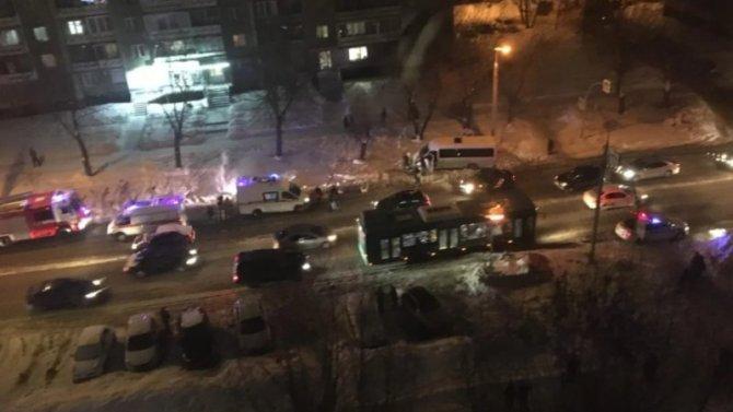 ВЧелябинске женщину сребенком сбил автобус