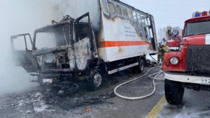 Бесстрашные инспекторы, незадумываясь, бросились тушить грузовик вАлтайском крае