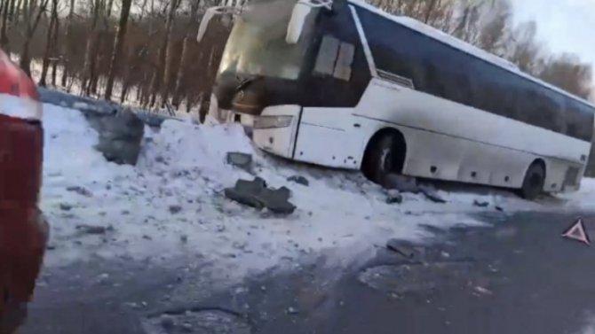 Под Ярославлем автобус, уходя отудара, снес светофор