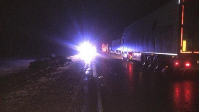 При столкновении магистрального тягача слегковушкой, водитель последней доприезда Скорой помощи недожил