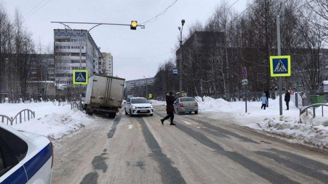 В Сыктывкаре грузовик сбил семилетнего мальчика