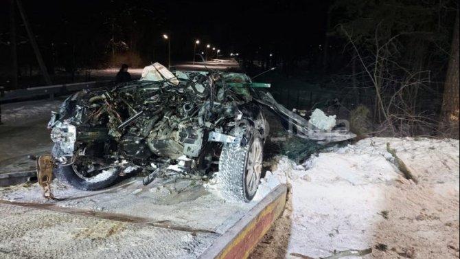 Иномарка врезалась в дерево в Лужском районе Ленобласти – водитель погиб