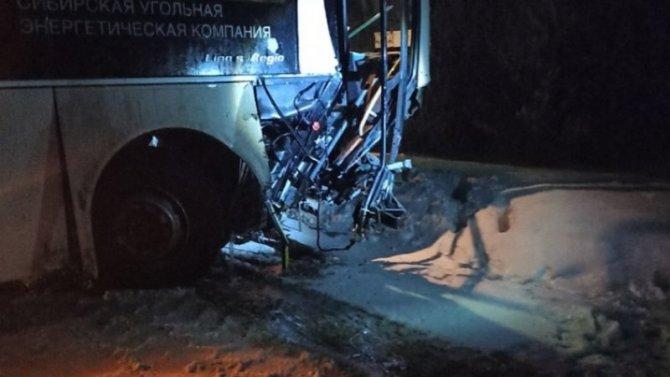 «Мазда» пошла натаран вахтового автобуса, который вез шахтеров