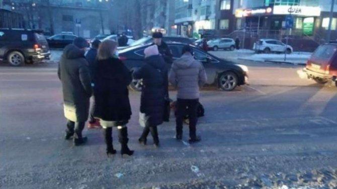 «БМВ» сбило женщину, которая пыталась вечером перебежать дорогу