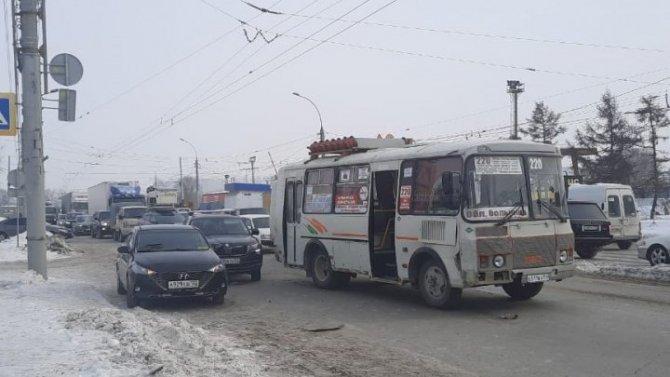 В Новосибирске после ДТП автобус сбил двух женщин