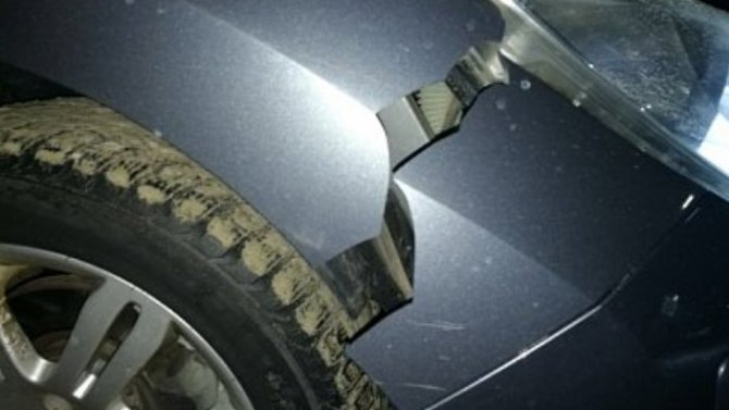 Огромная яма вРязани стала причиной повреждения автомобиля