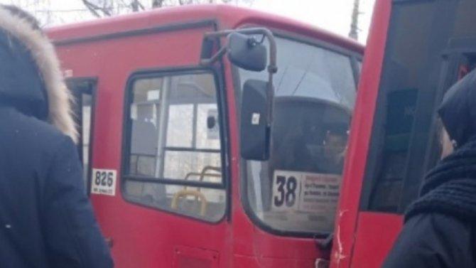 Вцентре Ярославля маршрутки вошли вплотный контакт, пострадал пассажир