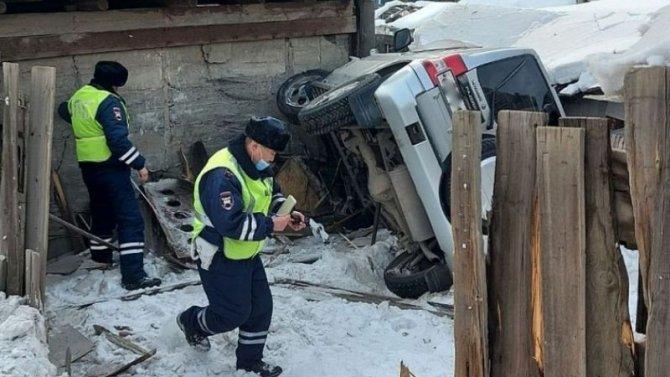 Автоледи навнедорожнике устроила аварию, вкоторой пострадали дети