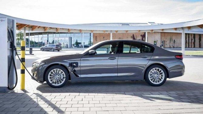 Две линейки BMW получили гибридные модификации