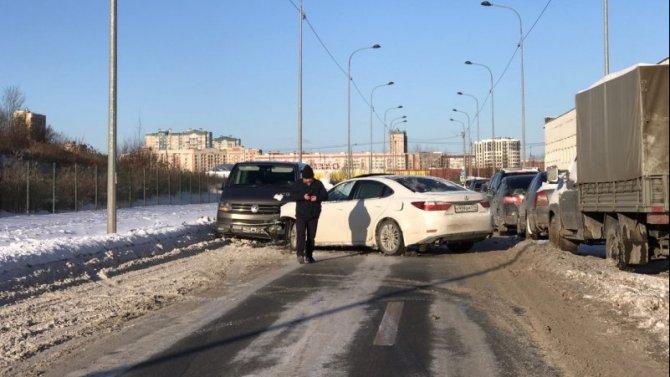 Полиграфмашевский проезд в Петербургезаблокировало лобовое ДТП