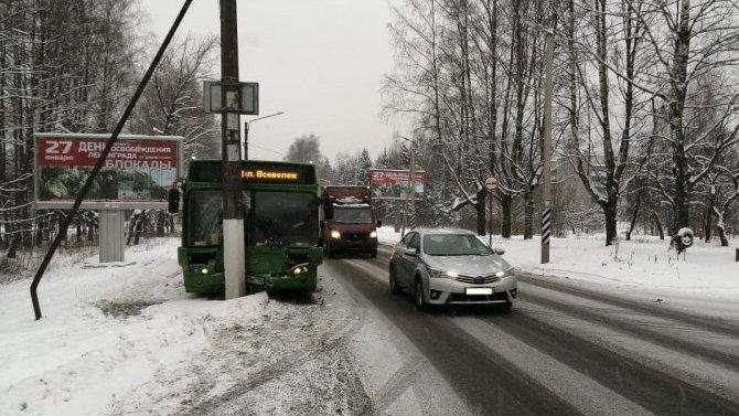Во Всеволожске автобус врезался в столб