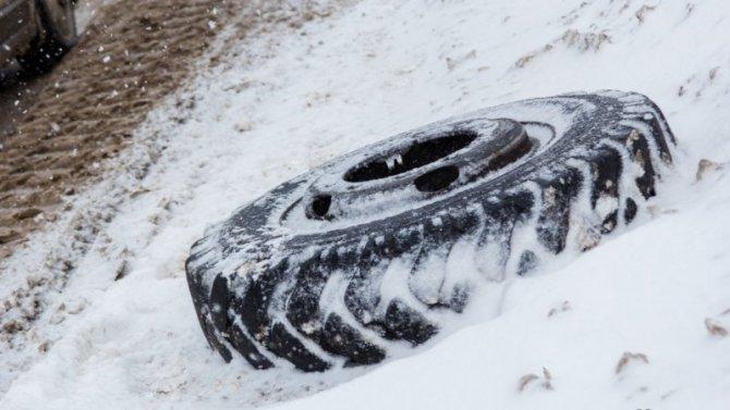 Навыезде изКемерово «Тойота» столкнулась сКамАЗом, движение потрассе заблокировано