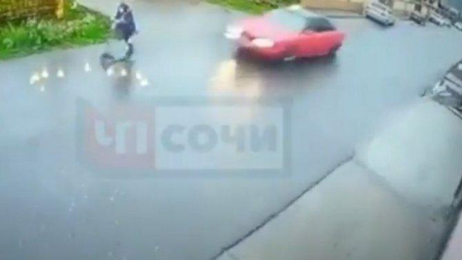 Видео, как машина вСочи сбила малыша насамокате иудрала сместа аварии